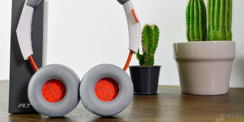 Casque Bluetooth on-ear de Plantronics - Zoom sur les écouteurs badgés Right et Left