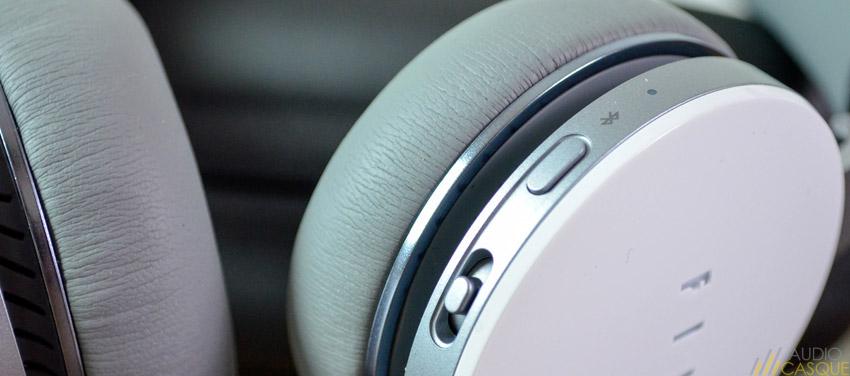 Zoom sur les commandes directement positionnées sur l'oreillette du casque