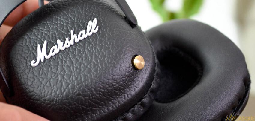 Un joystick permet de naviguer entre ses pistes et d'ajuster le volume du casque