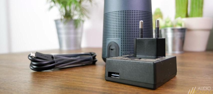 L'enceinte se recharge en USB ou secteur via adaptateur