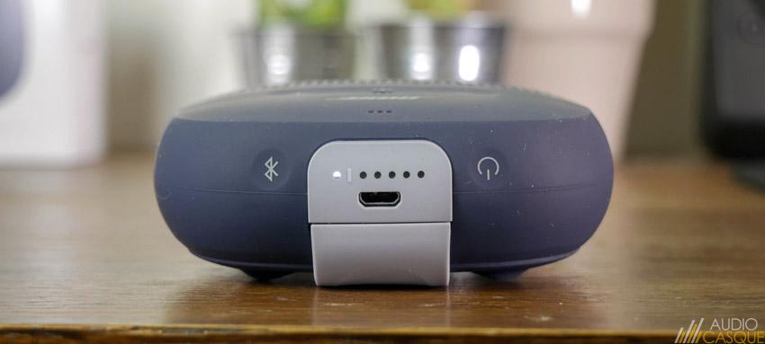 L'enceinte se charge en micro USB et des indicateurs affichent l'état de l'autonomie